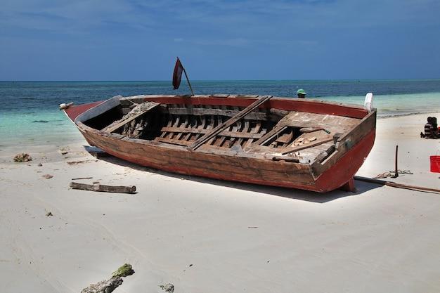 Barche sulla spiaggia di nungwi di zanzibar, tanzania