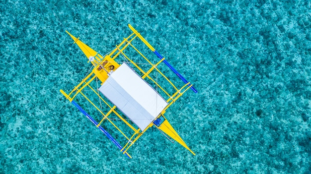 Barche tradizionali delle filippine di vista aerea sulla barriera corallina