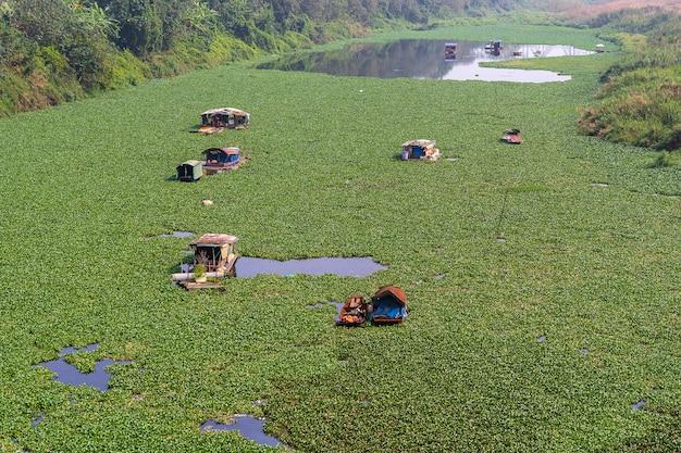 Barche vietnamite tradizionali sul fiume rosso a hanoi, vietnam