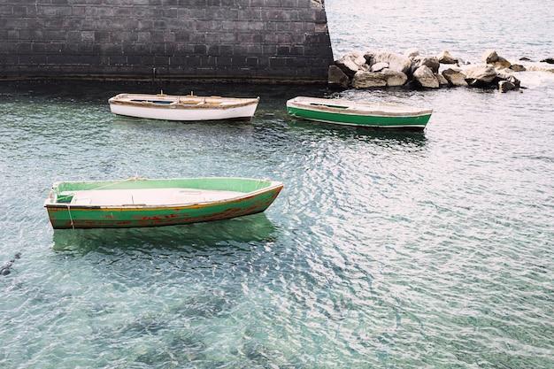 Barche vuote nel mare