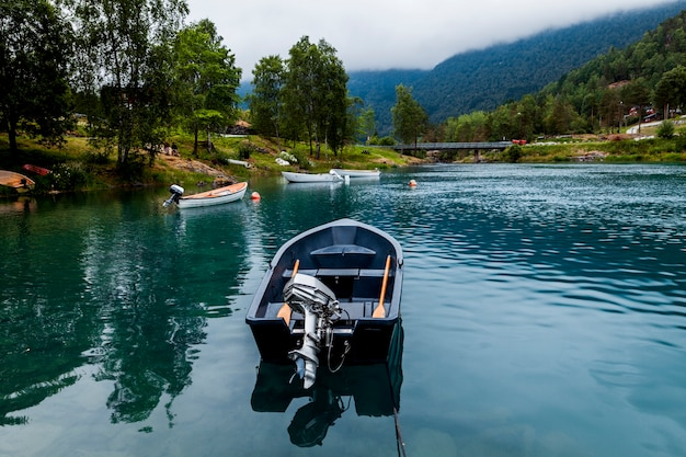 Barche vuote sul lago calmo blu