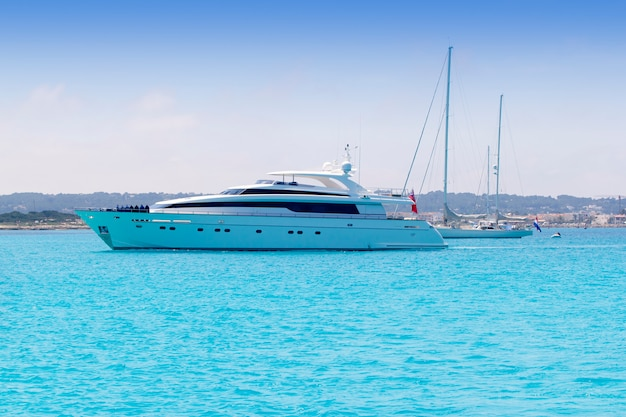 Barche yacht e barche a vela ancora in formentera illetas