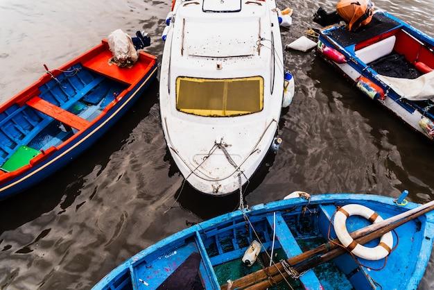 Bari, italia - 12 marzo 2019: vecchie barche da pesca ormeggiate per porto sporco e in disuso.