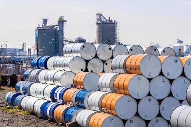 Barili di petrolio in metallo