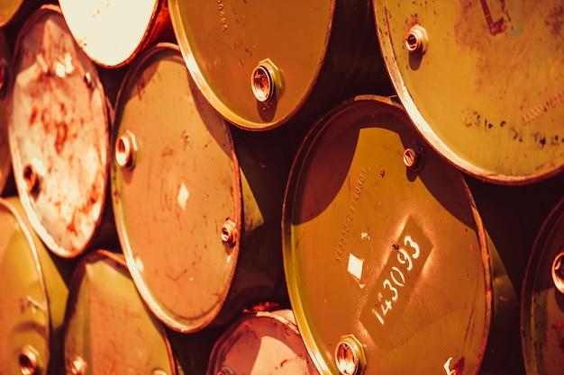 Barilotti d'acciaio di ruggine del metallo rifiuti tossici trasporto inquinamento acido chimico distruzione ambientale