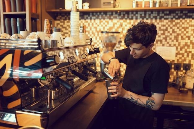 Barista al lavoro in un bar