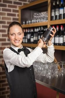Barista che agita un cocktail