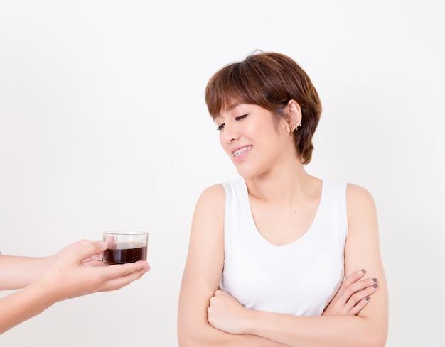 Barista che dà tazza di caffè alla giovane donna dell'asia. . isolato su sfondo bianco illuminazione da studio. concetto per la salute.
