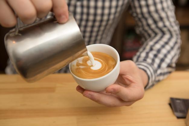 Barista che lavora nella sua caffetteria