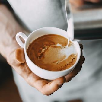 Barista che prepara cappuccino classico