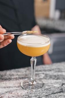 Barista che prepara un cocktail rinfrescante