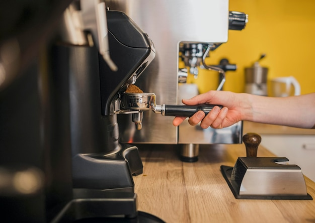 Barista che utilizza la macchina da caffè in negozio