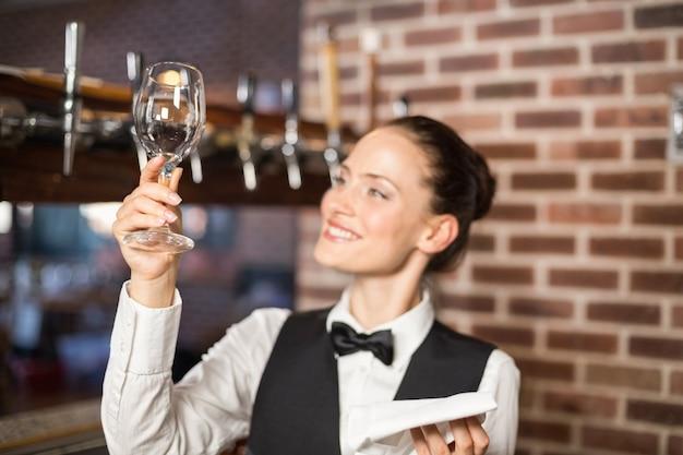 Barista guardando un bicchiere di vino