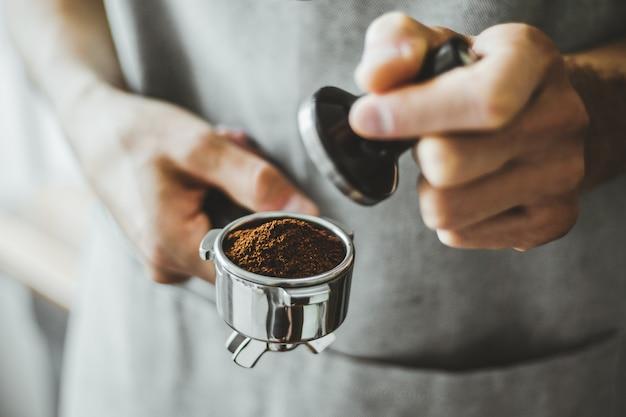 Barista pronto per fare un espresso classico