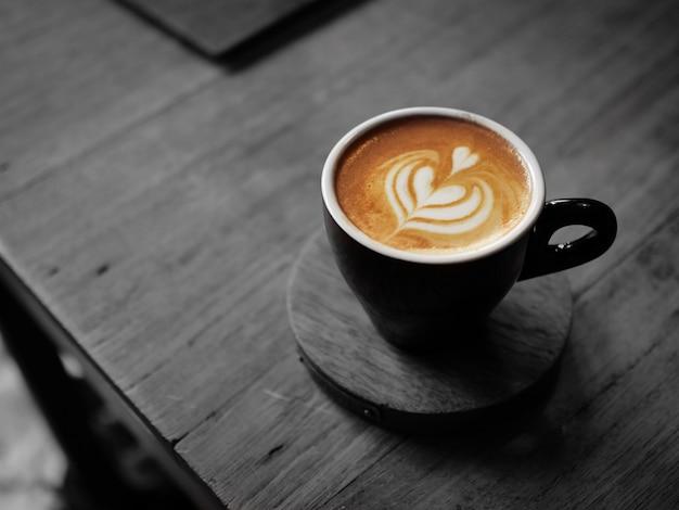 Barista versando latte alla tazza di caffè latte art