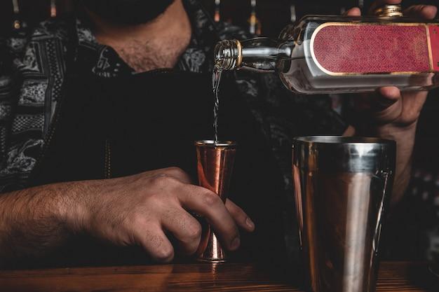 Barman con un cocktail