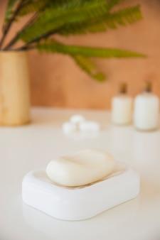 Barra del sapone del primo piano sul piatto di sapone