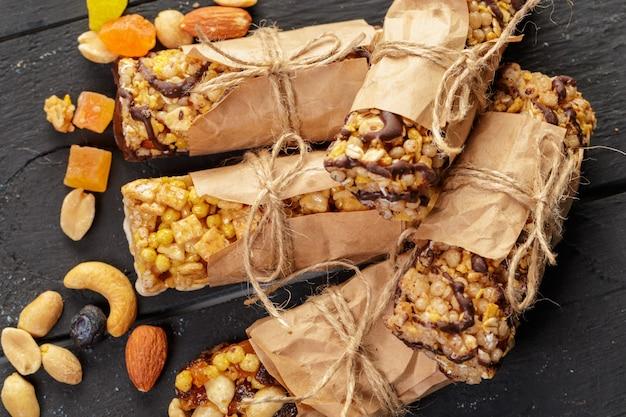 Barra di granola su fondo di legno