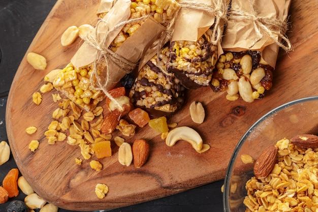Barra di granola sulla tavola di legno