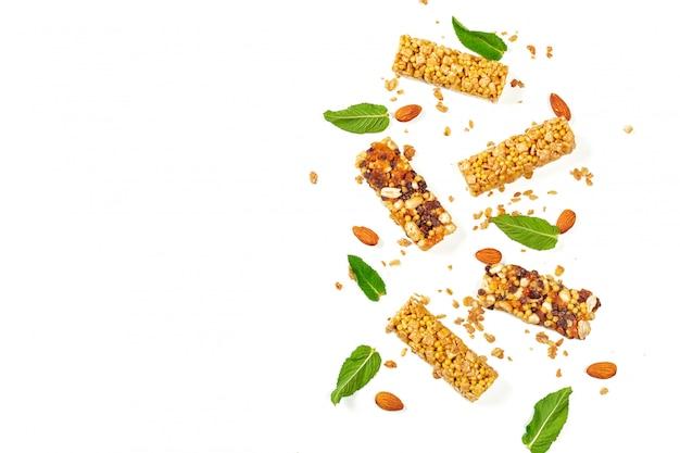 Barre di granola isolate su bianco.