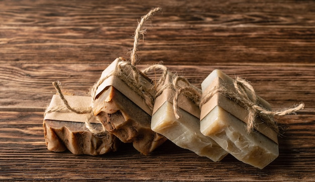 Barre di sapone fatte a mano amichevoli di eco su fondo di legno