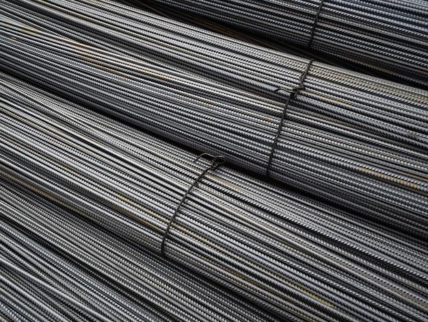 Barre metalliche nuovissime. raccordi puliti per l'edilizia. un gran numero di barre di ferro legate