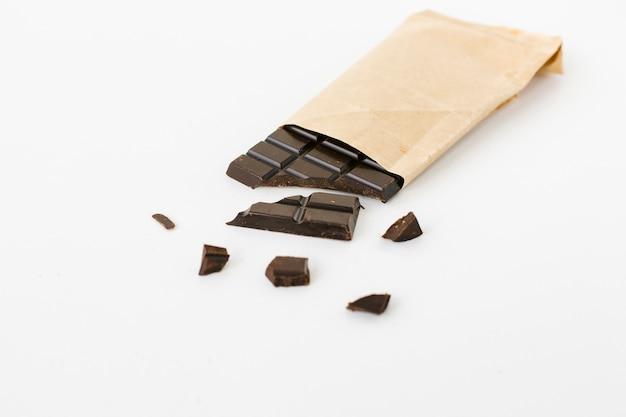 Barretta di cioccolato ad alto angolo in sacchetto di carta