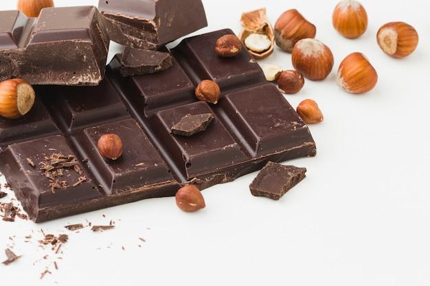 Barretta di cioccolato su sfondo chiaro
