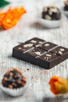 Barretta di cioccolato sulla luce