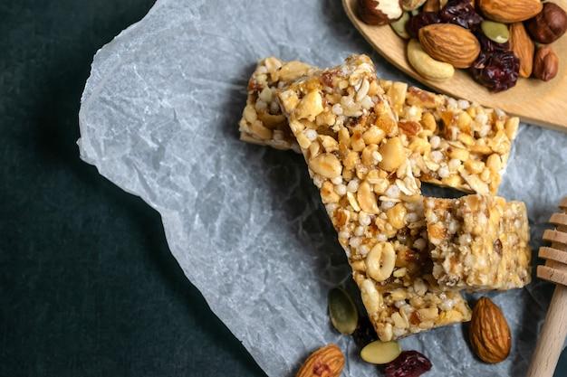 Barrette di cereali fatti in casa con cereali, noci, frutta secca e miele