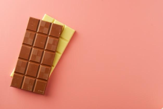 Barrette di cioccolato bianco e nero su rosa