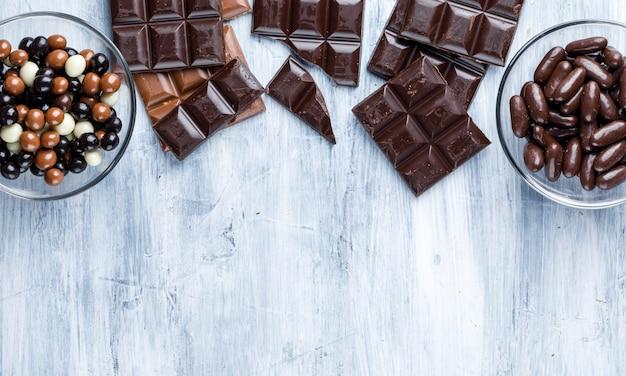 Barrette di cioccolato con caramelle in ciotole di vetro