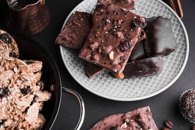 Barrette di cioccolato e biscotti sani sullo sfondo