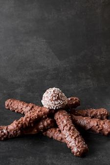 Barrette di cioccolato su sfondo scuro