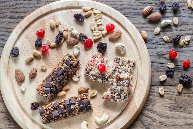 Barrette di muesli con frutti di bosco secchi e cioccolato