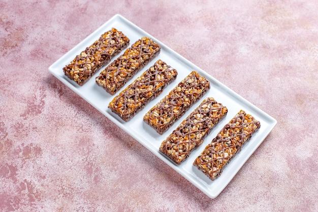Barrette di muesli deliziose con cioccolato, barrette di muesli con noci e frutta secca