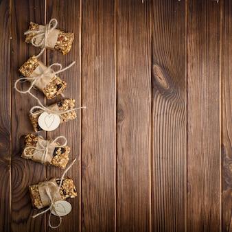 Barrette energetiche casalinghe della farina d'avena del granola, spuntino sano, sulla tavola di legno, vista superiore