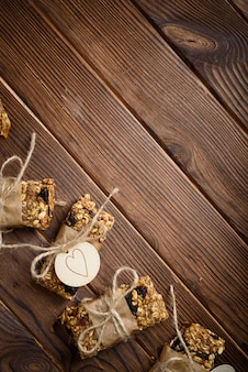 Barrette energetiche di farina d'avena di muesli fatti in casa, spuntino sano, sulla scrivania in legno con spazio copia del testo