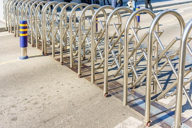 Barriera a pannelli in acciaio inox con ruota su pavimento in cemento