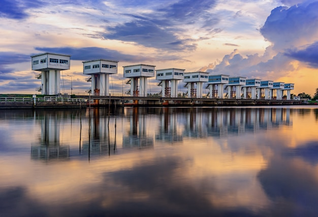 Barriera all'acqua con colore del cielo e del fiume della nuvola