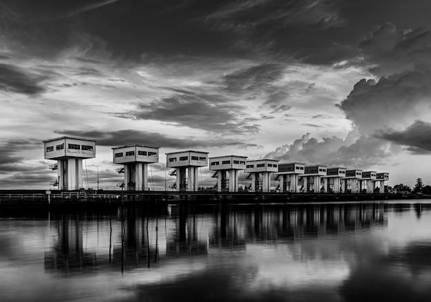 Barriera d'acqua con cielo nuvola e fiume