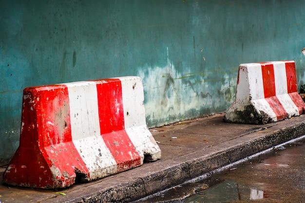 Barriera in cemento bianco rosso