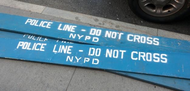 Barriere della polizia di legno nella città di new york