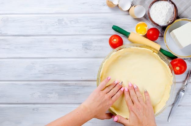 Base di pasta cruda per cuocere in una pirofila