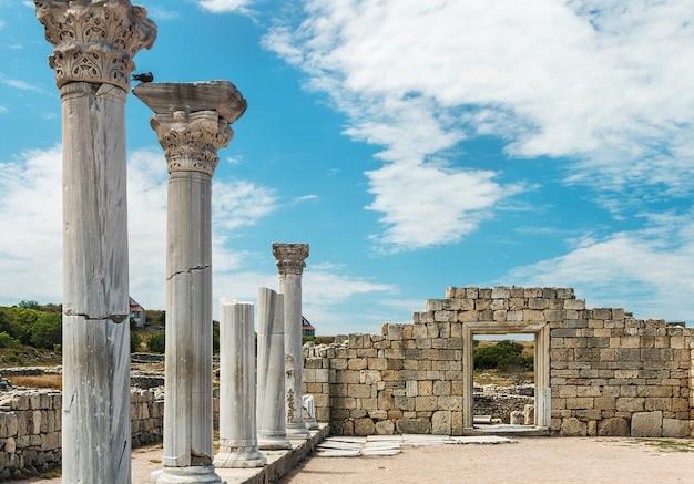 Basilica del greco antico e colonne di marmo in chersonesus taurica.