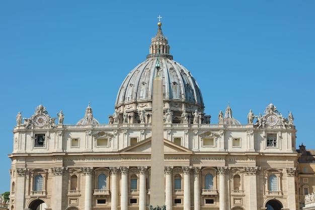 Basilica di san pietro con la cupola e l'obelisco egizio a roma, italia