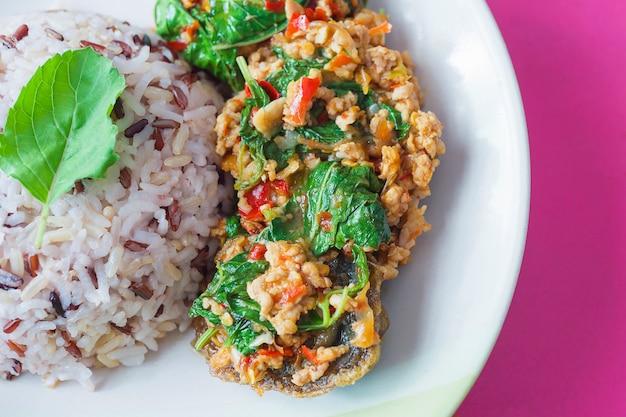 Basilico di peperoncino fritto in stile tailandese con carne di maiale macinata e uovo conservato e farina mista di riso