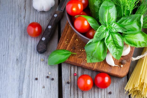 Basilico e finocchio, pomodorini, olio d'oliva e pasta.