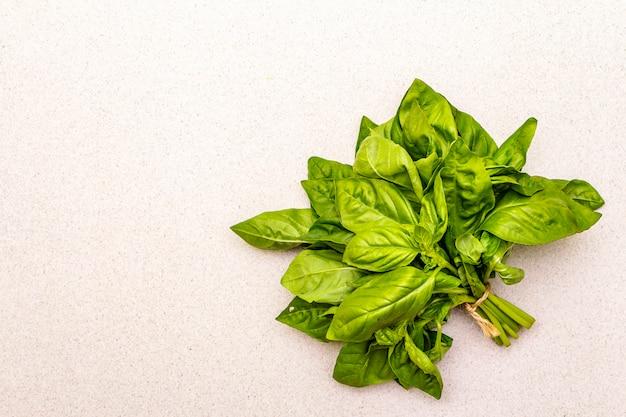 Basilico fresco verde erba biologica