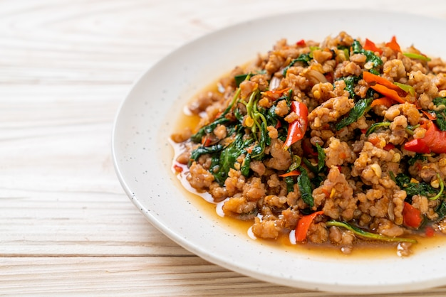 Basilico tailandese fritto di scalpore con carne di maiale tritata